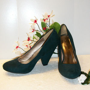 Quipid Size 8 Forest Green Microfiber Shoes NWOT